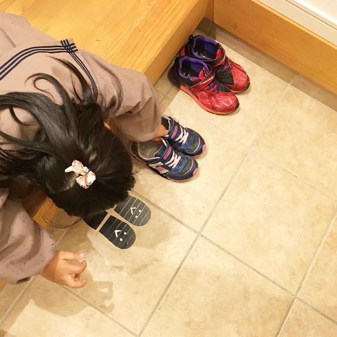 Kết quả hình ảnh cho 子供が家へ入る前に靴を並べ