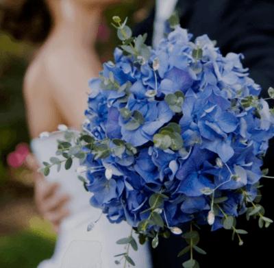 Свадебный букет из голубых гортензий