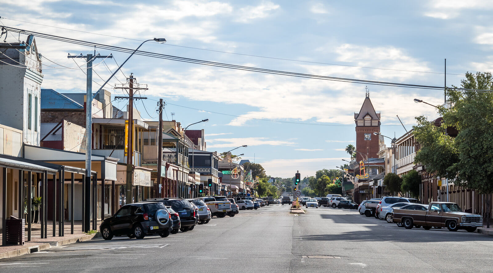 Argent Street with cars and buildings, Broken Hill travel guide