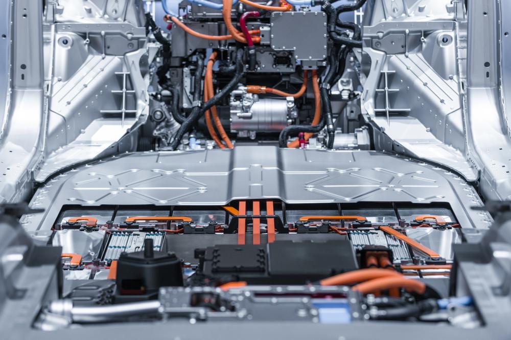 As baterias de lítio representam mais da metade do custo dos carros elétricos. (Fonte: Shutterstock/Sergii Chernov/Reprodução)