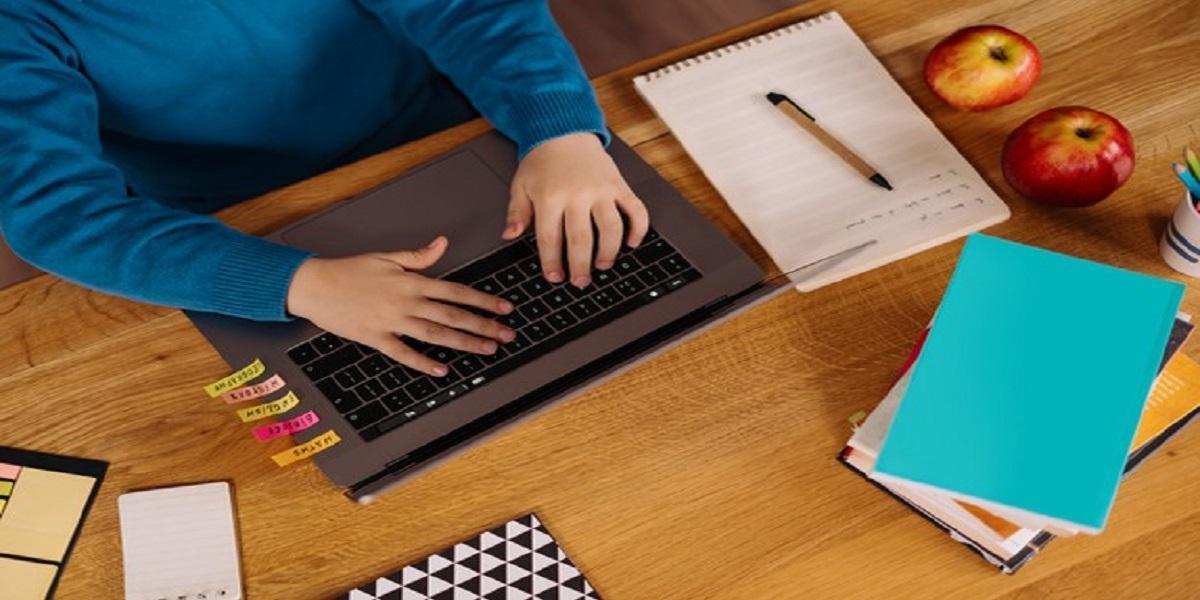 Pessoa posando para foto em frente a computador  Descrição gerada automaticamente com confiança média