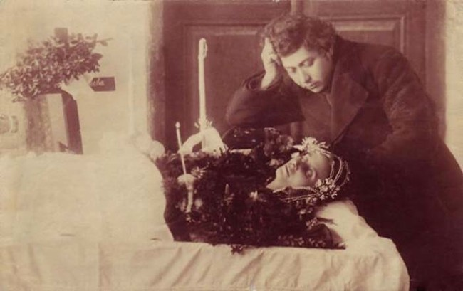 Fotos de muertos posando como vivos