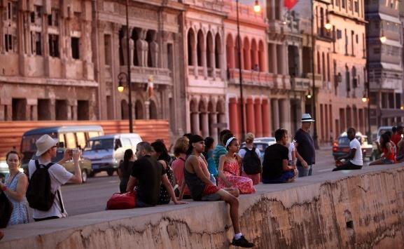 遊客在馬雷貢大道上等候觀賞日落