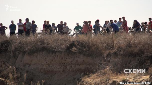 Селяни виходять на протест проти видобутку піску