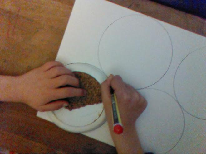 Dibujamos unos círculos con ayuda de una plantilla.