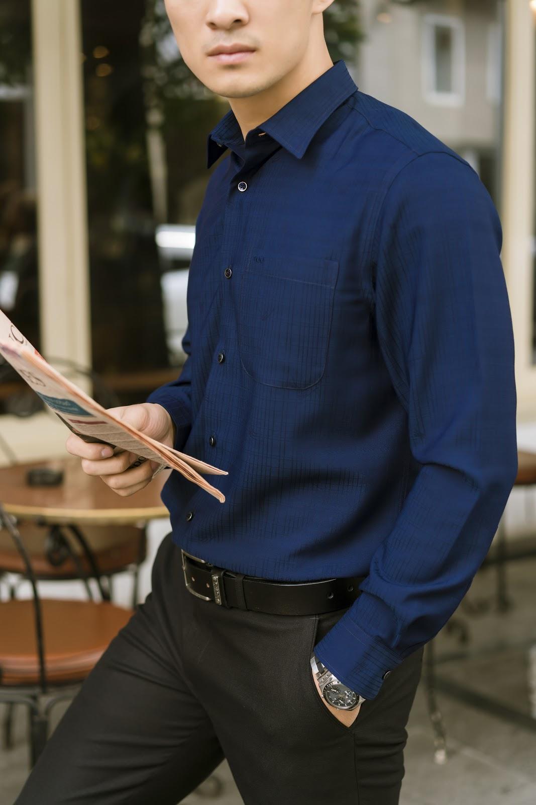 Khi mặc áo sơ mi màu xanh Navy, quý ông chỉ nên kết hợp với những phụ kiện đơn giản để tránh gây rối mắt