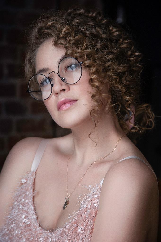 D:\A ARTICOLE\iulie 2020\poze\portrait-of-curly-hair-woman-1028927.jpg