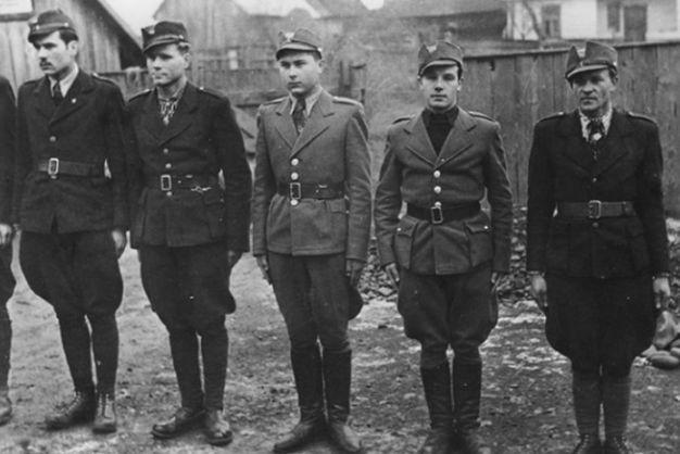 Члены Карпатской Сечи в строю