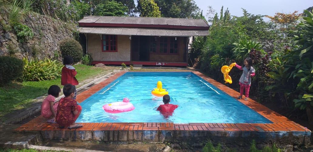 Anak-anak sedang berenang