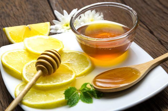 miód z cytryną na talerzu