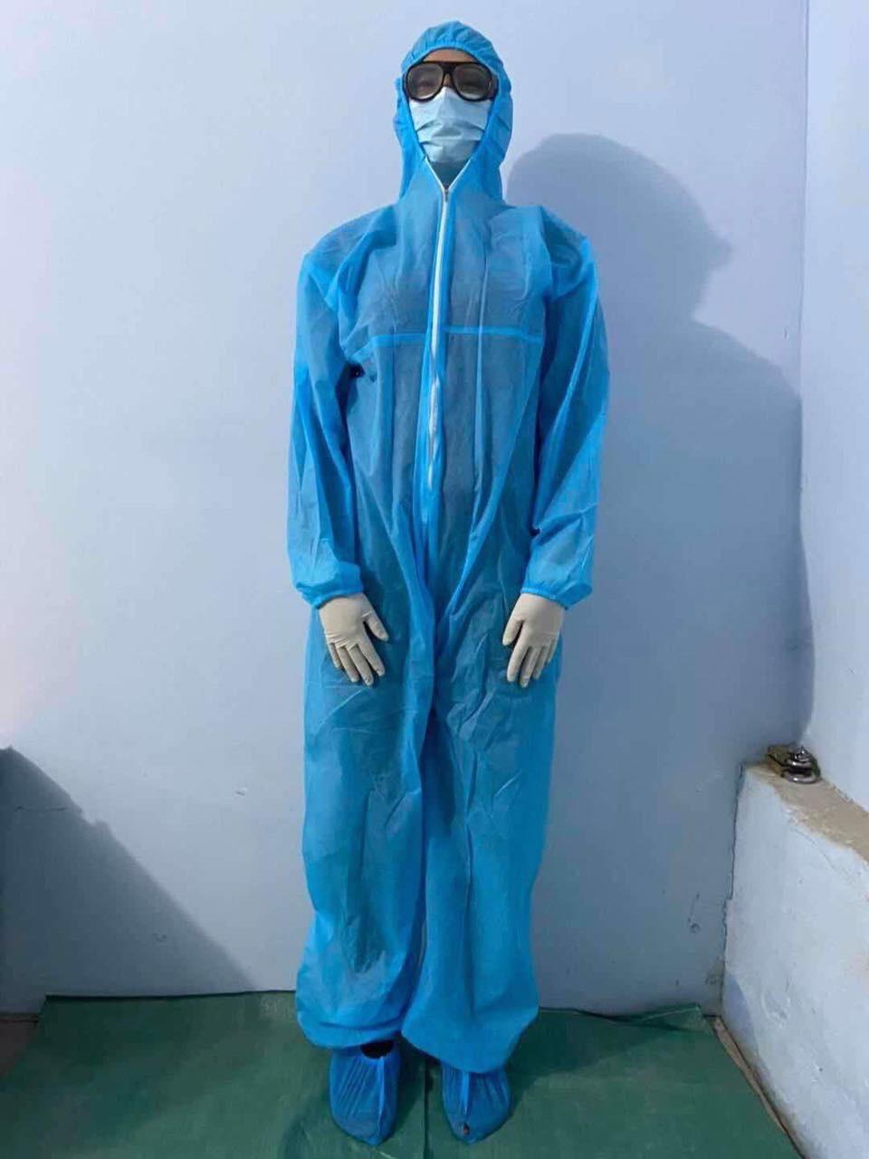 Ảnh có chứa trong nhà, người đàn ông, đứng, đeo  Mô tả được tạo tự động