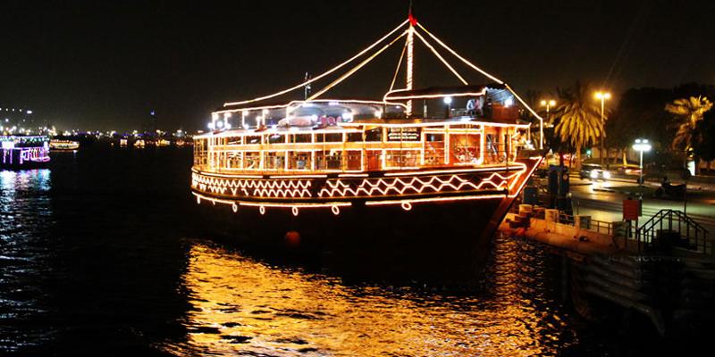 """Một đêm """"sang chảnh"""" ngắm Dubai về đêm, thưởng thức những món ăn ngon trên tàu Dhow Cruise cũng rất đáng để bạn bỏ tiền ra chứ nhỉ? 2 Giờ trên tàu này với một cái giá chấp nhận được cũng là một trải nghiệm bạn không thể bỏ qua ở Dubai. (Ảnh: Internet)"""