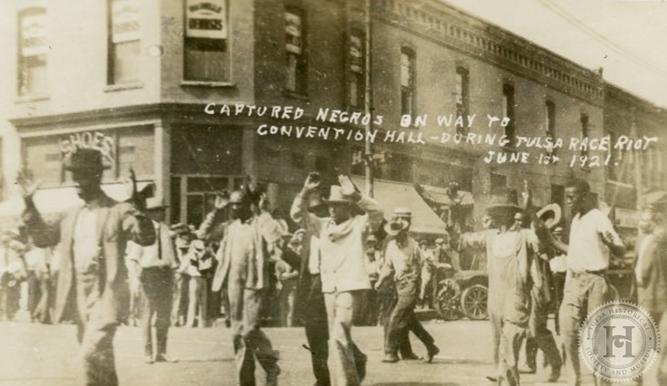 Foto en blanco y negro de un grupo de personas de pie  Descripción generada automáticamente
