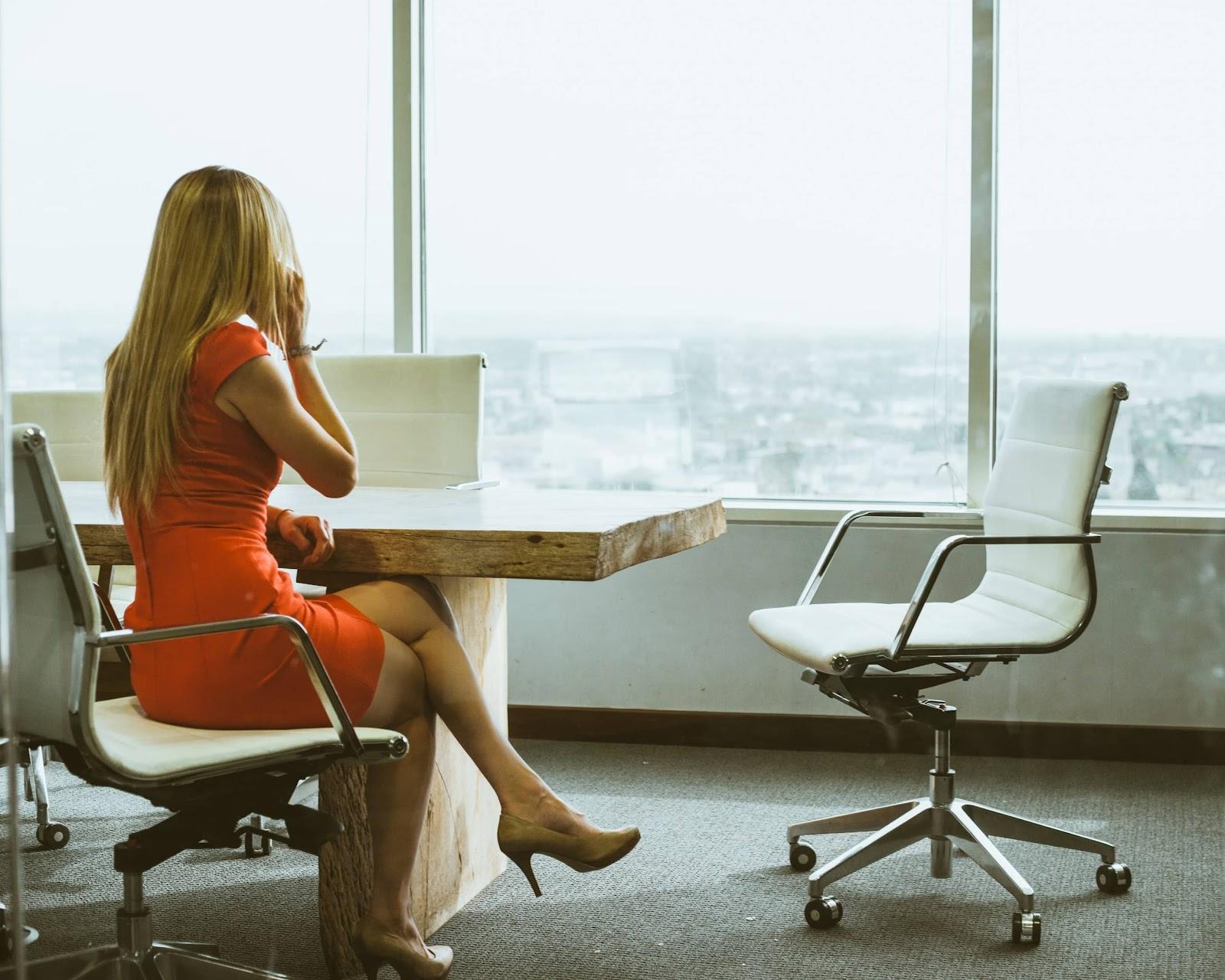 donna-al-telefono-su-sedia