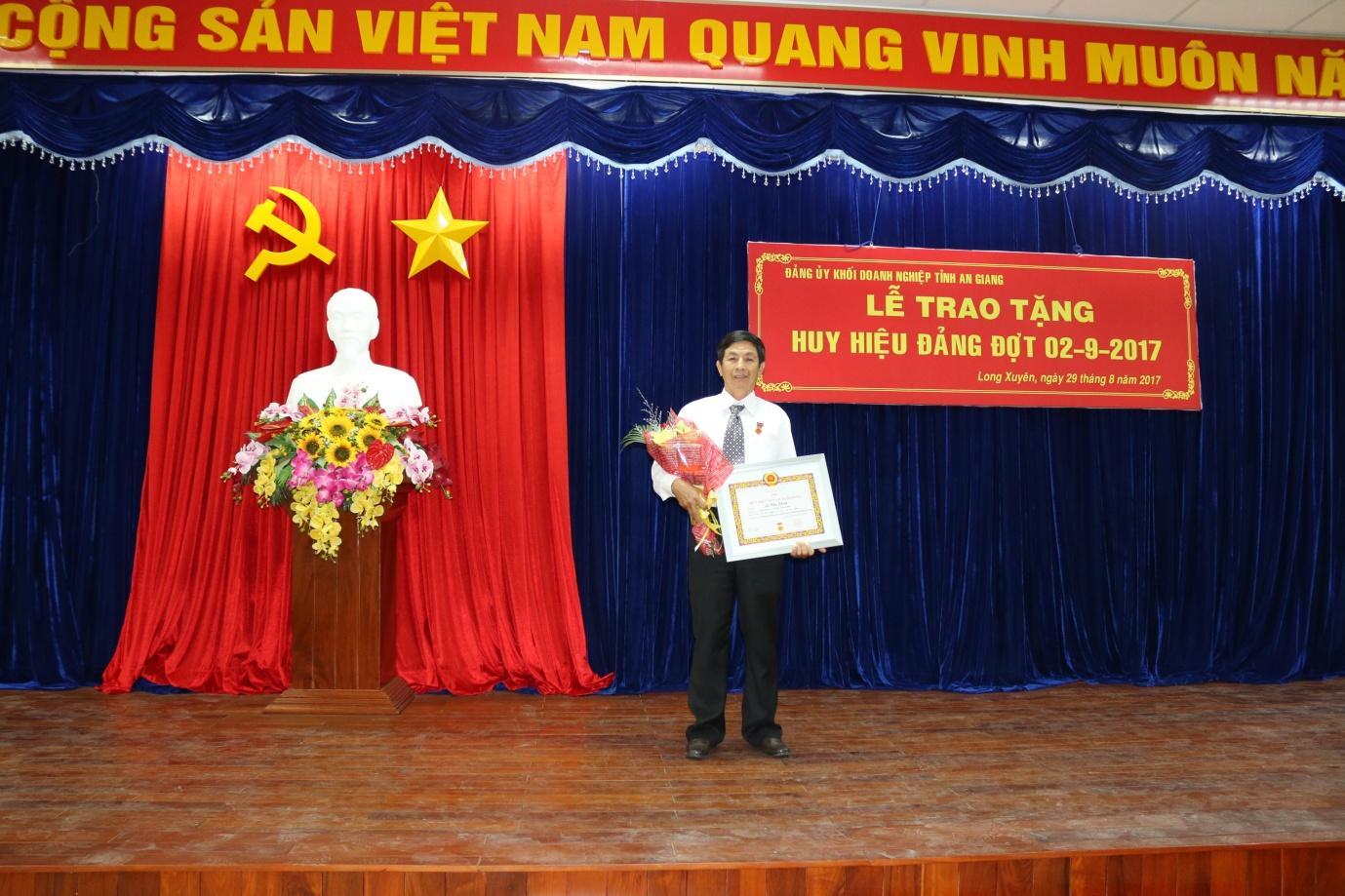 Description: Đồng chí Lê Văn Chinh – Phó Giám đốc BQL Dự án Sao Mai Vũng Tàu vinh dự được nhận huy hiệu 30 năm tuổi Đảng.JPG