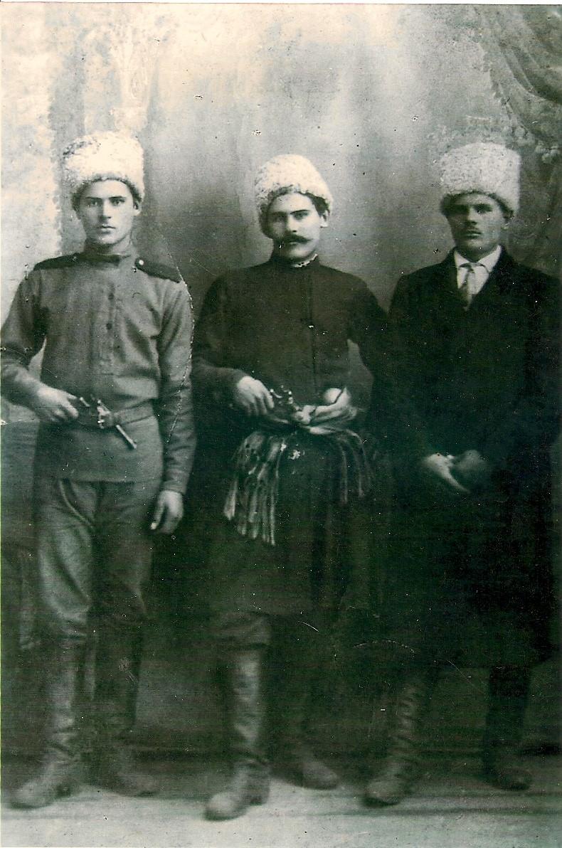 Брати Коцури. Свирид у центрі. Фото з приватної колекції Олександра Солодара