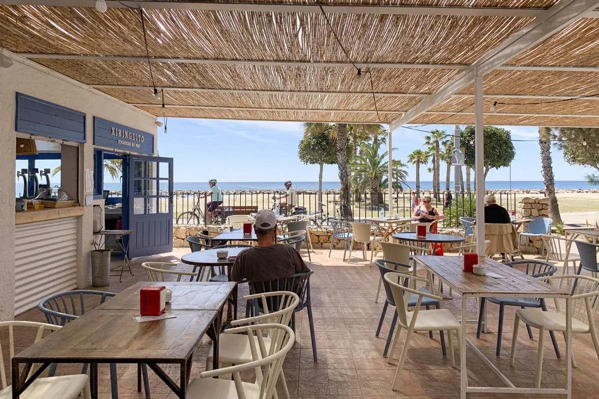 ¡Así de mona es su terraza al ladito del mar y con una brisa marina ideal para combatir el calor! 🌞