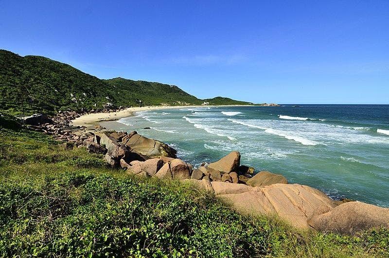 Areia branca e fina costuma estar livre de lixo na praia da Galheta
