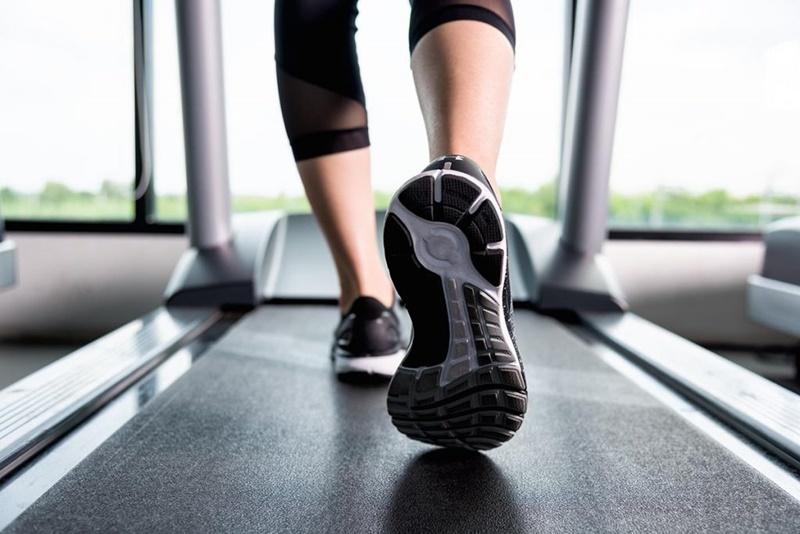 Correr ou caminha na esteira é fácil e uma boa forma de manter o condicionamento físico. (Fonte: Shutterstock)