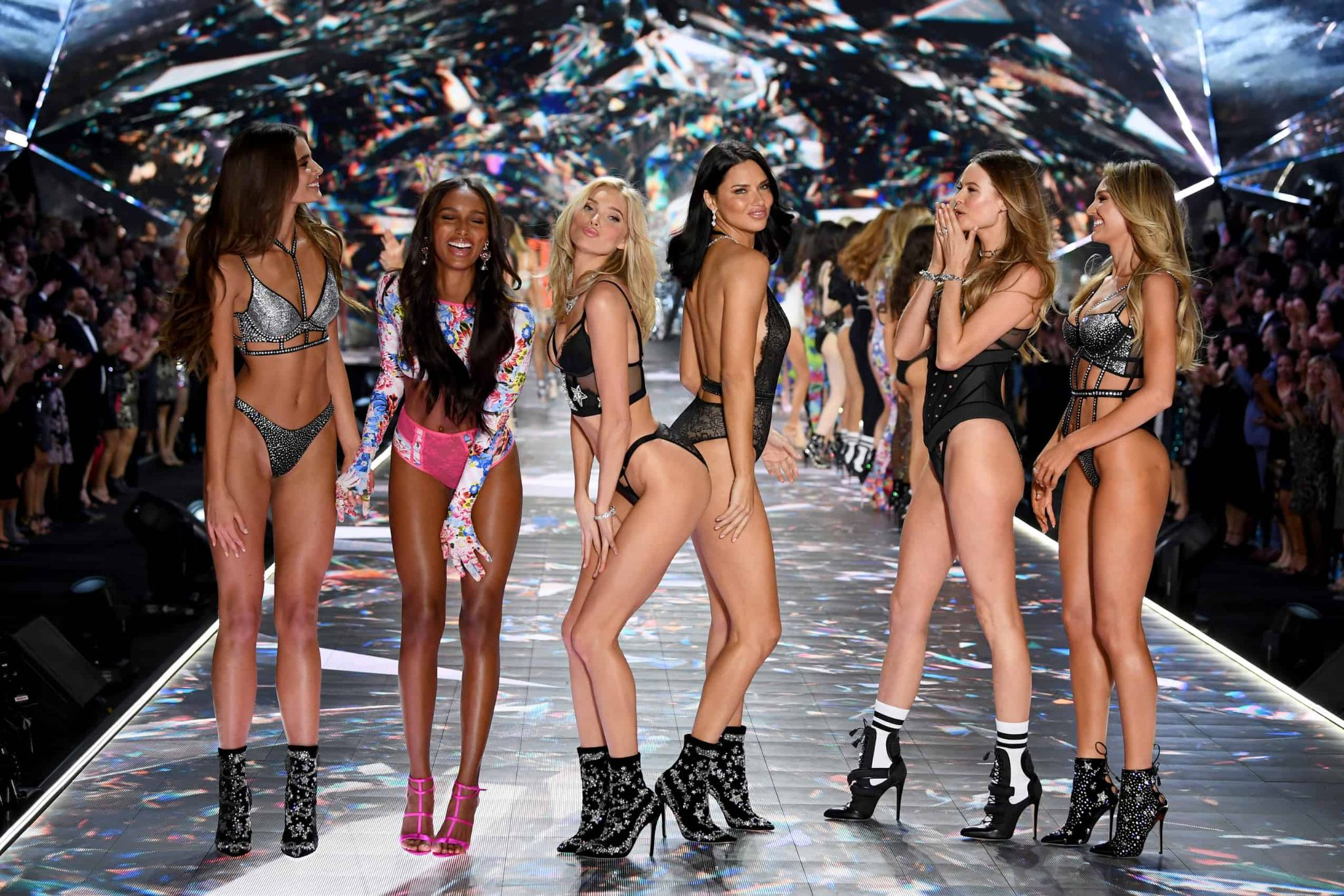 """Foto delle modelle denominate """"Angeli"""" del brand Victoria's Secret condannato per anni di essere contro il movimento body positive."""