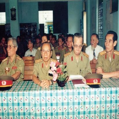 Ông Vũ Ngọc Nhạ (người thứ hai, từ trái qua) và ông Phạm Xuân ẩn (người bìa phải ảnh) trong lần họp mặt của Tổng cục tình báo (ảnh tư liệu).