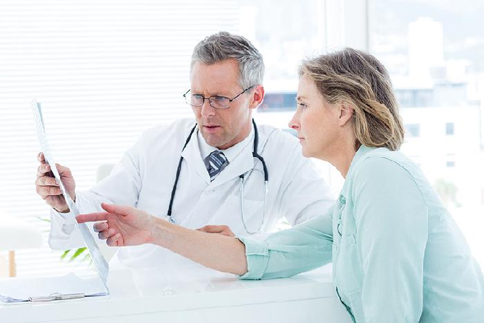 Thăm khám bác sĩ khi có triệu chứng tràn dịch màng phổi