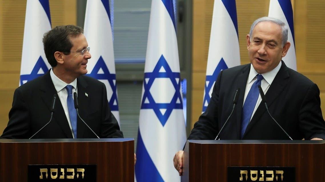 رئيس الوزراء الإسرائيلي بنيامين نتنياهو يلقي بيانا مع الرئيس المنتخب إسحاق هرتسوغ بعد جلسة خاصة للكنيست حيث انتخب المشرعون الإسرائيليون رئيسًا جديدًا في الكنيست ، البرلمان الإسرائيلي ، في القدس ، في 2 يونيو 2021. (رويترز)