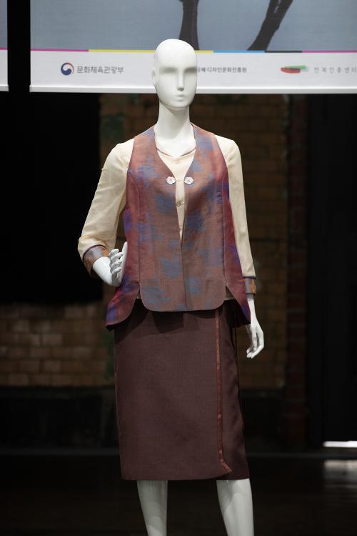 Mãn nhãn với triển lãm thời trang công sở cách điệu lấy cảm hứng từ Hanbok