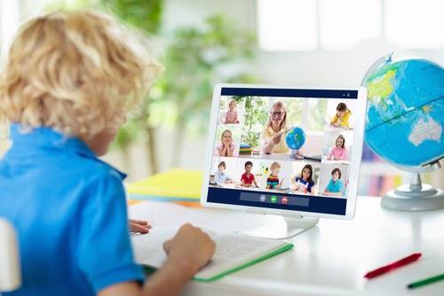 Criança em frente a computadorDescrição gerada automaticamente com confiança média