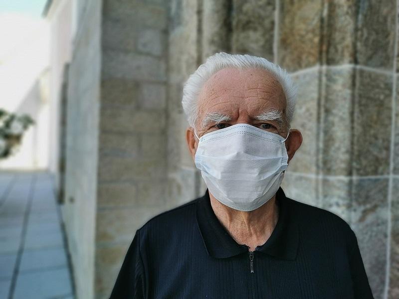 Os idosos com mais de 70 anos foram as principais vítimas que morreram por covid ou que foram internados, mesmo após a vacinação.