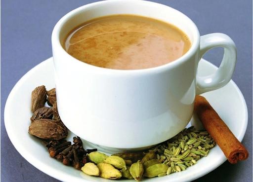 Подача чая с молоком, кардамоном, корицей и пряностями