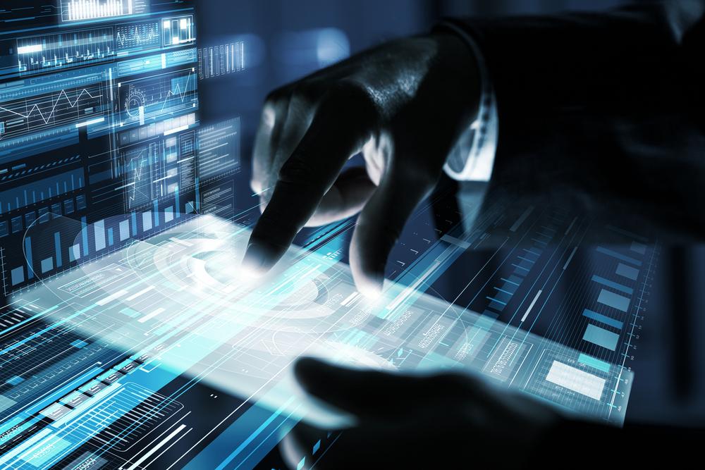 Mãos tocando uma prancheta digital.