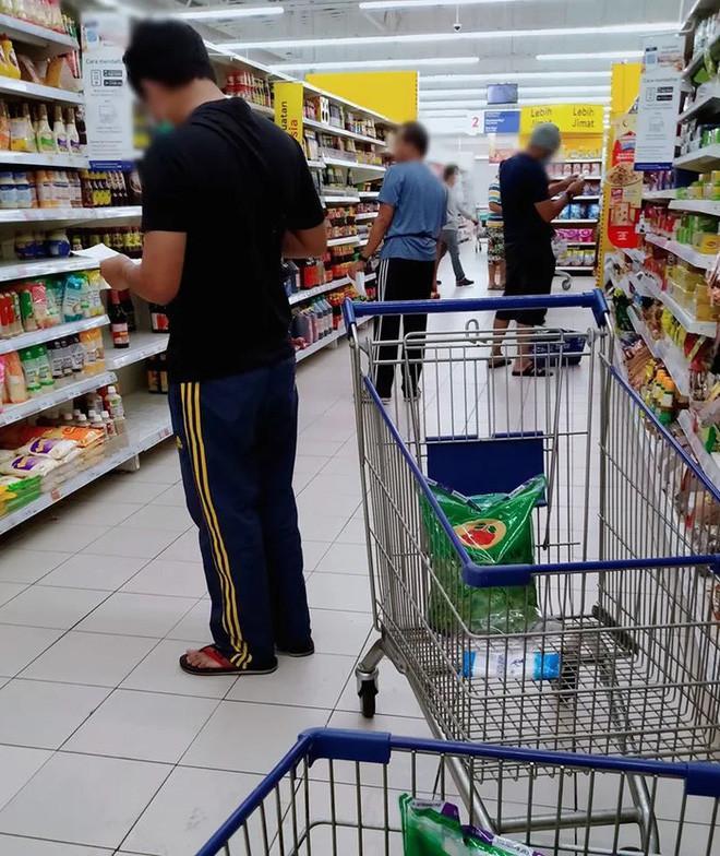 Khi đàn ông Malaysia đi chợ thời COVID-19: hóa ra đây mới là thứ khó nhằn hơn cả ở nhà trông con