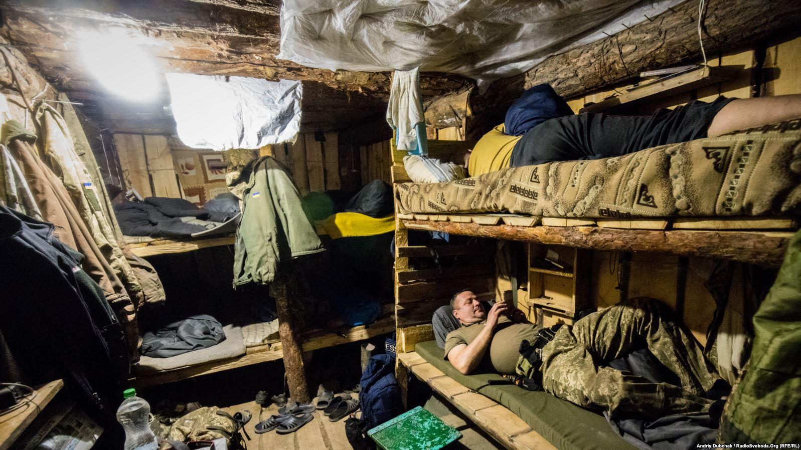 «Спальна землянка» на 10 ліжкомісць. Тут бійці перепочивають у перерві між бойовими чергуваннями