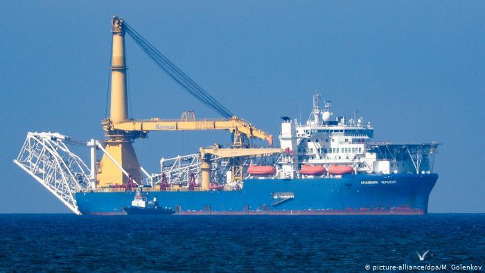 Российское судно-трубоукладчик Академик Черский в открытом море