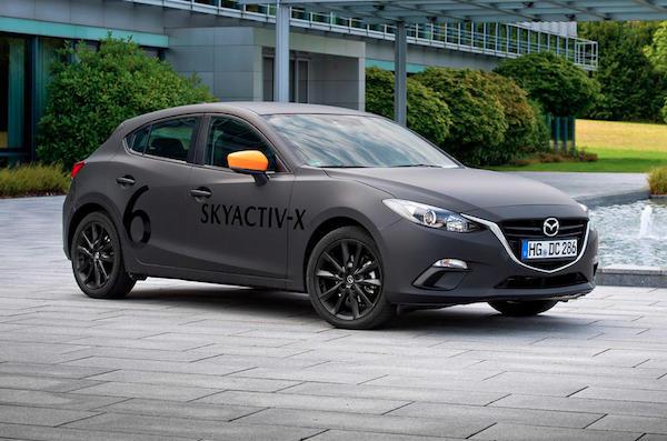 Mazda3 ที่ทดสอบวิ่งบนถนนจริงกับเครื่องยนต์ Skyactive-X ถูกจับภาพได้บ่อยครั้ง