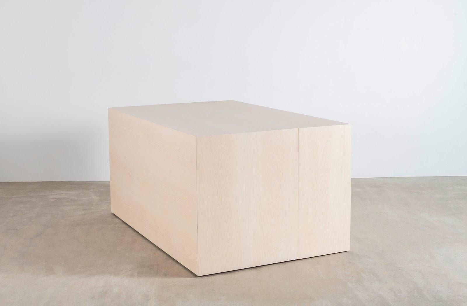 Монолитный деревянный стол