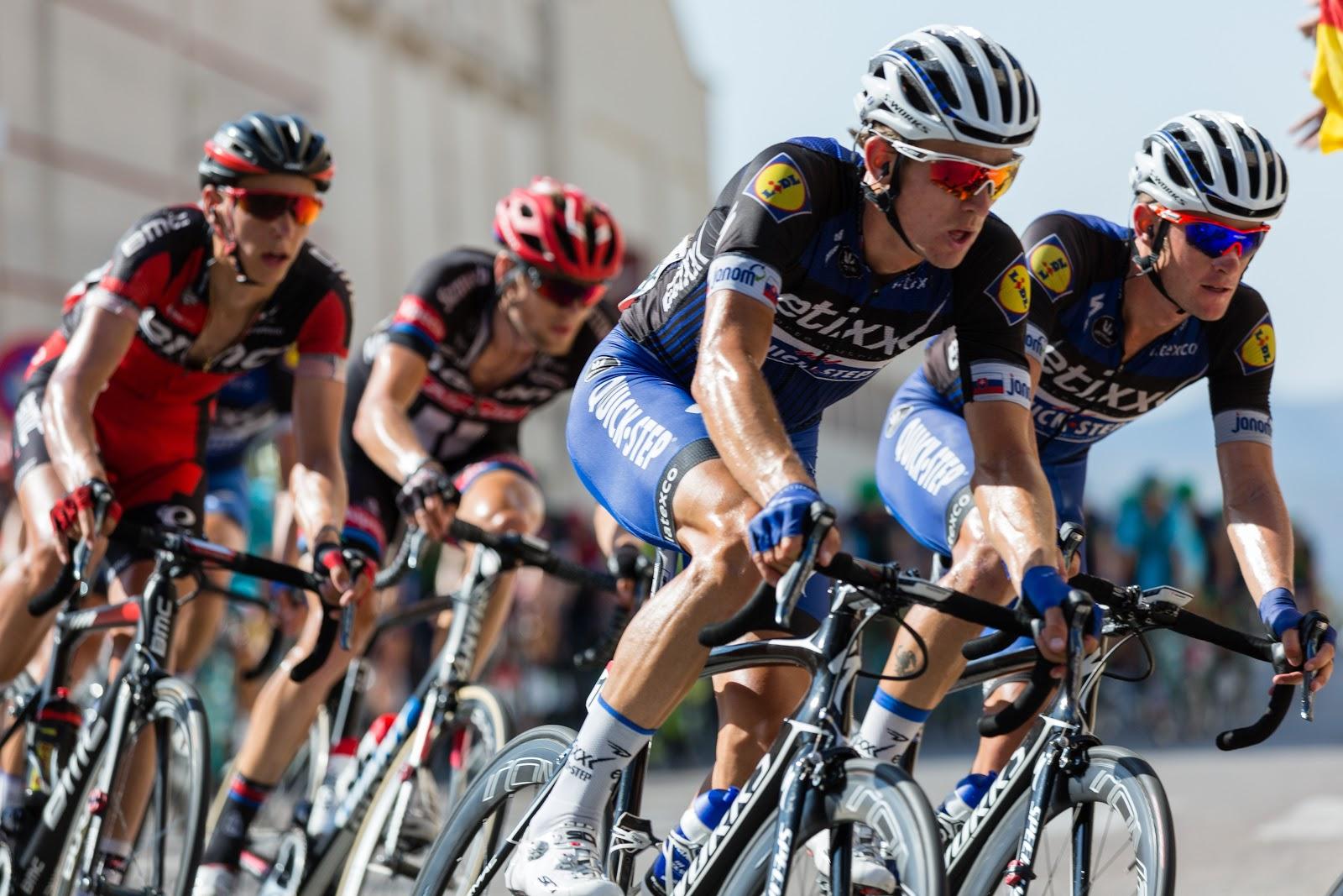 קבוצת רוכבי אופניים על מסלול תחרותי