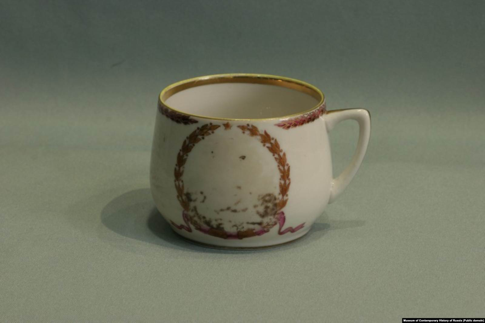 Чашка из коллекции Музея современной истории России с затертым портретом Лаврентия Берии