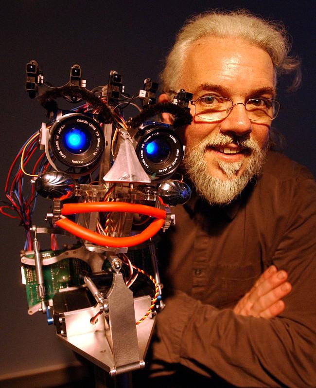 Giáo sư Noel Sharkey cảnh báo về tình trạng phân biệt giới tính, chủng tộc ở robot.
