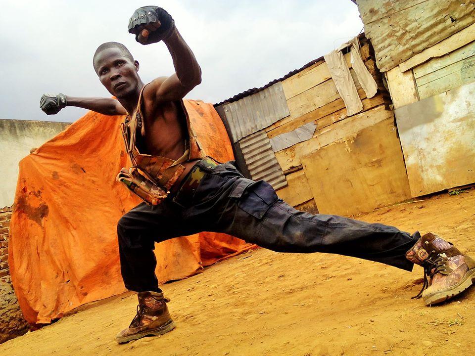 Bruce U, el actor ugandés de Wakaliwood, practicando Kung Fu
