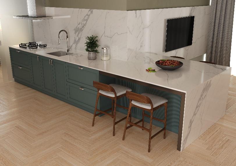 cozinha com piso de madeira, bancada, parede da pia e painel de TV revestido com porcelanato marmorizado branco e cadeiras de madeira com estofado branco