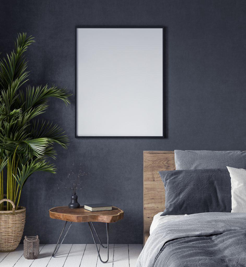 Mørk vægmaling skaber en hyggelig atmosfære i soveværelset