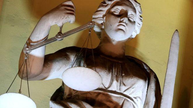 Фигура Фемиды на здании Конституционного суда в Санкт-Петербурге