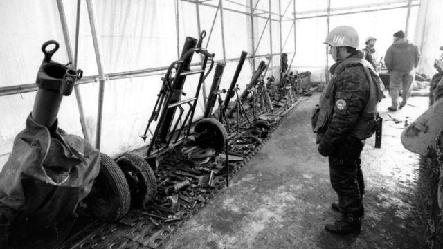 Украинский миротворец на пункте сбора оружия, 1994 год
