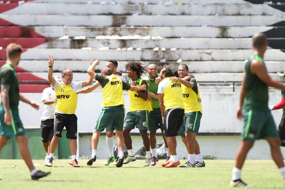 Jogadores do Santa Cruz brincaram muito no treino desta sexta-feira (Foto: Marlon Costa/Pernambuco Press)