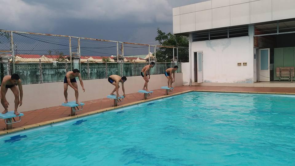 Description: Trong hình ảnh có thể có: một hoặc nhiều người, bể bơi, bầu trời và ngoài trời