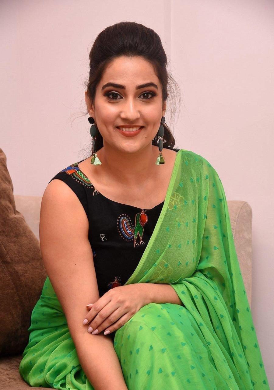 Indian Television Anchor Manjusha in Sleeveless Green Saree Navel Queens