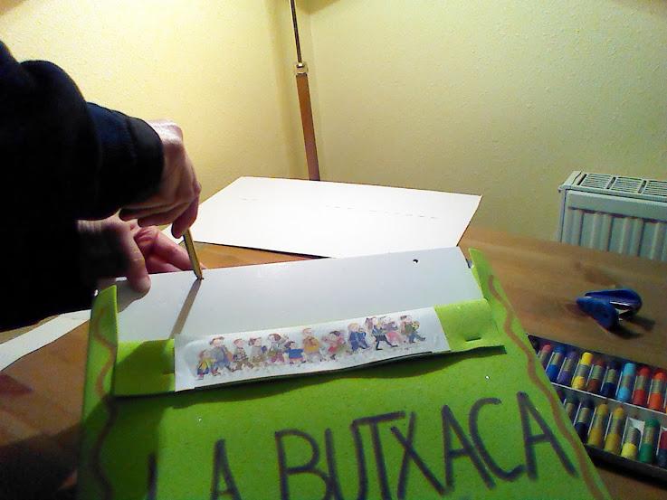 Con un lápiz, o alguna cosa punzante, haremos unos agujeros para pasar la cinta.