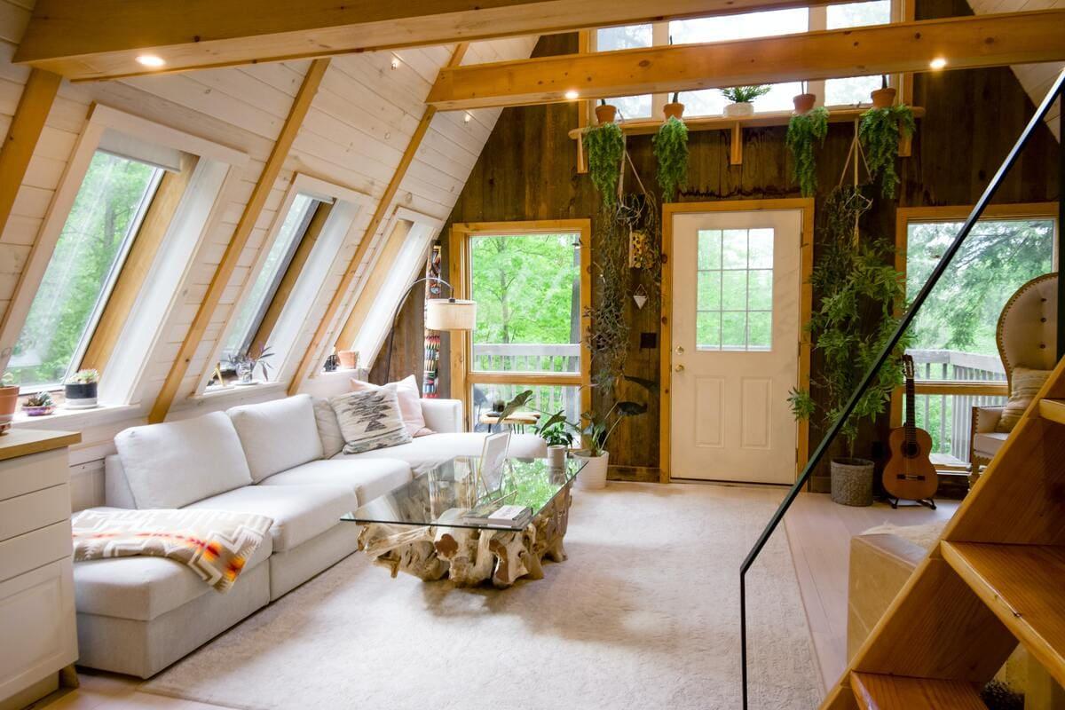 Il salotto finemente arredato di una casa situata in mezzo ad alberi verdi